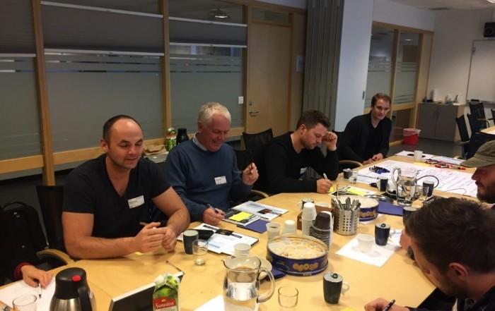Mennesker i møte rundt et bord