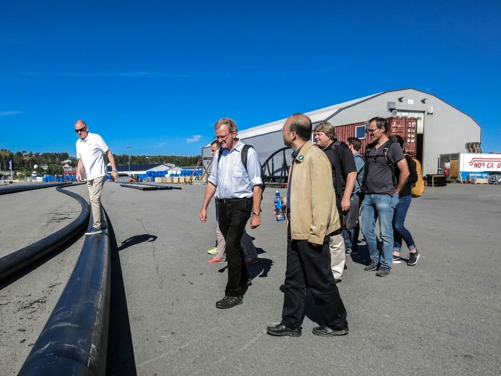 Aqualine. Prosjekt- og utviklingssjef i Aqualine, Noralf Rønningen (stående på røret) viser rundt på produksjonsanlegget i Hammarvika.